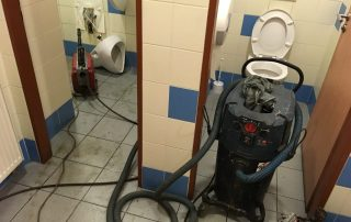 Čištění ucpaných záchodů v restauraci