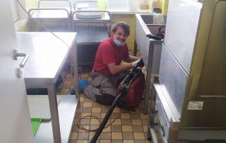 Ucpaný odpad v restauraci, Čistič Viktor zasahuje